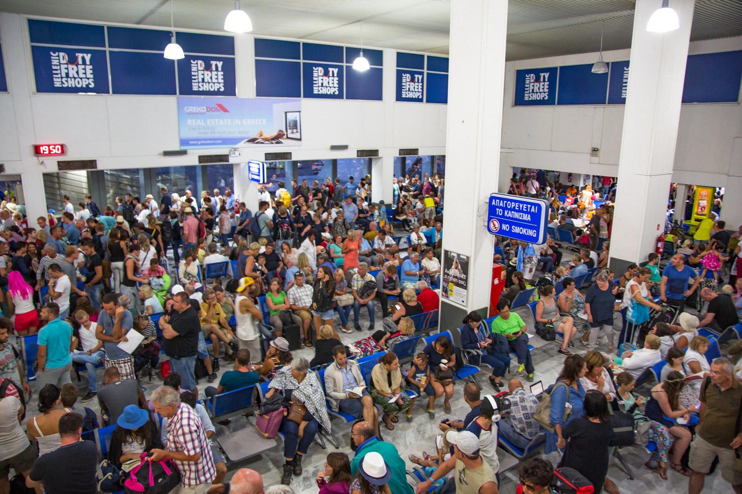 Drukte in de vertrekhal van Heraklion Airport